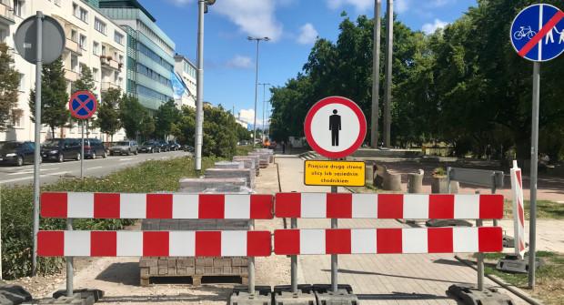 Prace przy wymianie nawierzchni drogi rowerowej wzdłuż al. Piłsudskiego w Gdyni już się rozpoczęły.