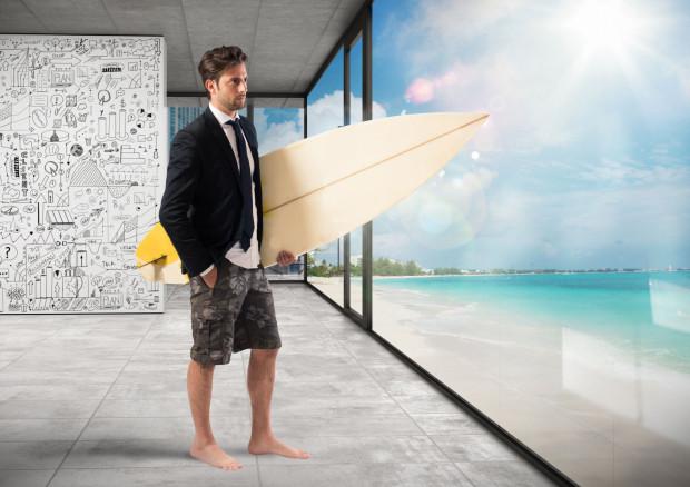 Jak ubrać się latem do pracy? To dylemat wielu pracowników biurowych.