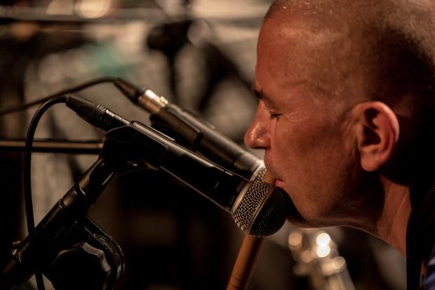 ... oraz Irek Wojtczak, grający na saksofonie, klarnecie i flecie.