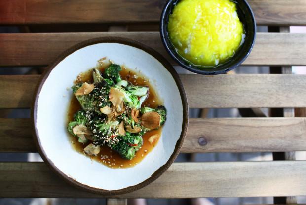 Brokuł w sosie sezamowym z ryżem