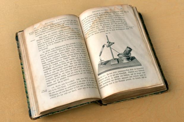 """Przekazany Politechnice egzemplarz """"Die Schule Der Chemie, Oder Erster Unterricht in Der Chemie, Versinnlicht Durch Einfache Experimente"""" został wydany w 1863 r."""