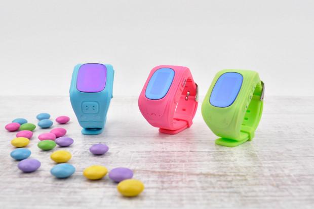 Dziecko chętnie założy kolorowy zegarek z lokalizatorem GPS. Jeśli tylko opuści ono niewidzialną strefę bezpieczeństwa, zegarek zaraz wyśle o tym informację na telefon rodziców.