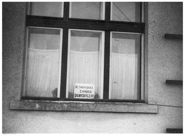 W 20-leciu międzywojennym zawód dentysty był mocno sfeminizowany. W 1937 r. na 21 praktykujących na terenie Gdyni lekarzy dentystów aż 14 było kobietami.
