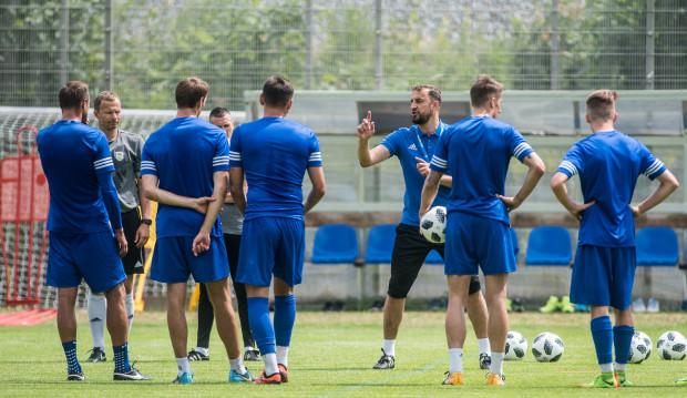 Trener Zbigniew Smółka zostawił jeszcze jedno wolne miejsce w składzie na wypadek potrzeby transferu przed zamknięciem letniego okienka.