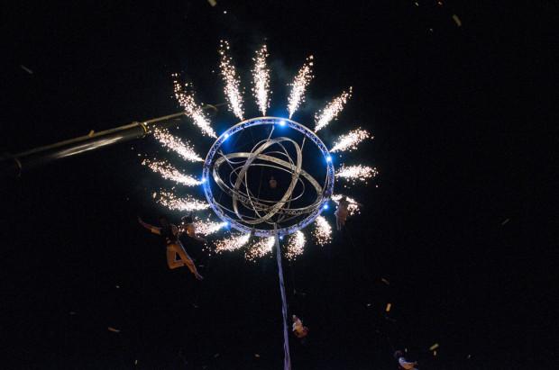 """Największą gwiazdką Festiwalu FETA jest cyrkowe """"Galileo"""" francuskiej grupy Cie Deus Ex Machina, rozgrywane na zawieszonej kilkanaście metrów nad ziemią kuli. Spektakl będzie ostatnim przedstawieniem soboty 14 lipca."""