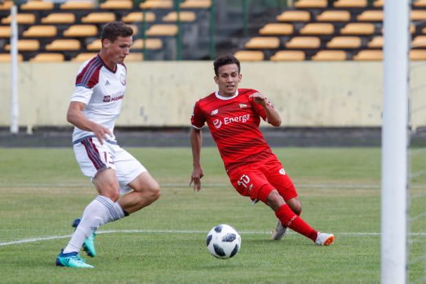 Dzięki porozumieniu Lechii z federacją Indonezji, Egy Maulana Vikri (na zdjęciu z prawej) dołączy do swojej reprezentacji dopiero na mecze strefy medalowej mistrzostw Azji Południowo-wschodniej  do lat 19.