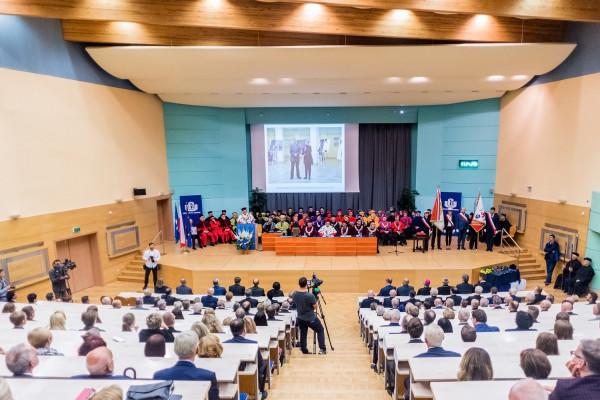 Dzięki obecności w światowych rankingach polskie uniwersytety mają możliwość dotarcia ze swoją ofertą edukacyjną do osób z zagranicy. Na zdj. inauguracja roku akademickiego na Uniwersytecie Gdańskim.