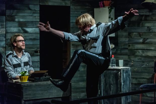 Hanrahan (Michał Kula) podejmuje grę z nowym Dobkiem (Adam Machalica), prowokując go na szereg sposobów. Ich niełatwa relacja zostanie wystawiona na próbę.