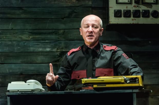 Waldemar Cudzik z wprawą gra ekscentrycznego, zdziecinniałego wręcz szefa, potrafiąc uwiarygodnić swojego bohatera.