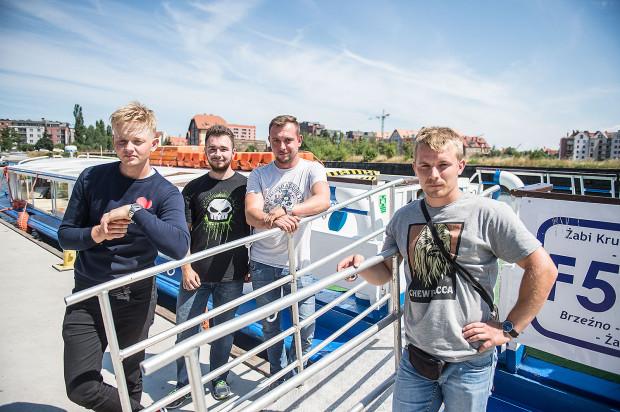 Na zdjęciu załoga, która uratowała topiącego się 66-latka. Od lewej  Karol Marcjanik (mechanik), Patryk Władecki (praktykant), Jakub Kossmann (kapitan), Arkadiusz Czerepko (marynarz).