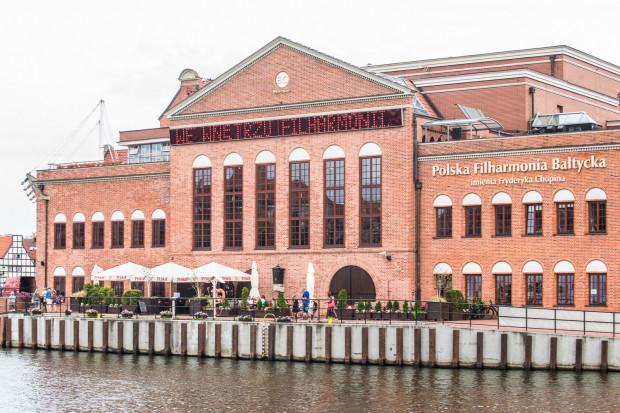 Po 20 latach ze ściany Filharmonii Bałtyckiej od strony Motławy zniknie szpetny wyświetlacz.