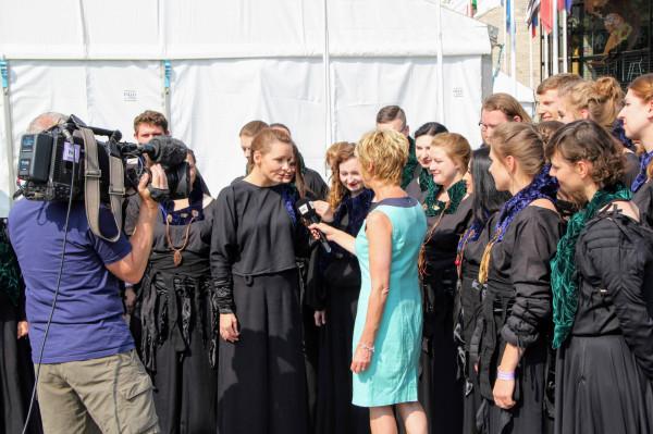Chórzyści 441 Hz i dyrygentka Anna Wilczewska podczas pobytu w kampusie festiwalowym mogli poczuć się przez chwilę jak gwiazdy muzyki pop. Każdy występ konkursowy wieńczyły wywiady do telewizji lokalnych i ogólnokrajowych, realizacje filmowe w plenerze, entuzjastyczne spotkania ze słuchaczami, pytającymi o nazwę, stroje, polskie utwory, wykonywane również białym głosem.