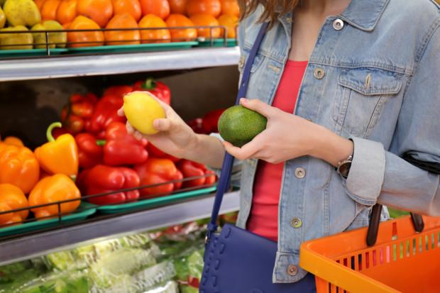 To naturalne, że chcemy kupić jak najświeższy produkt spożywczy, ale czasem warto się powstrzymać od zbyt mocnego dotykania warzyw i owoców, bo możemy je w ten sposób uszkodzić.
