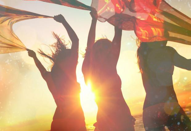 Imprezowanie na plaży to urok ciepłych, letnich wieczorów. Sprawdź, gdzie możesz pobawić się w Trójmieście.