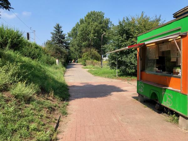 W idealnym przypadku rowerostrada wzdłużal. 17 Grudnia mogłaby prowadzićbezpośrednio od dworca SKM Wzgórze Maksymiliana ażdo SKM / PKP Gdynia Główna. Dotychczas nieco zapuszczony teren zyskałby nowy blask i użyteczność.
