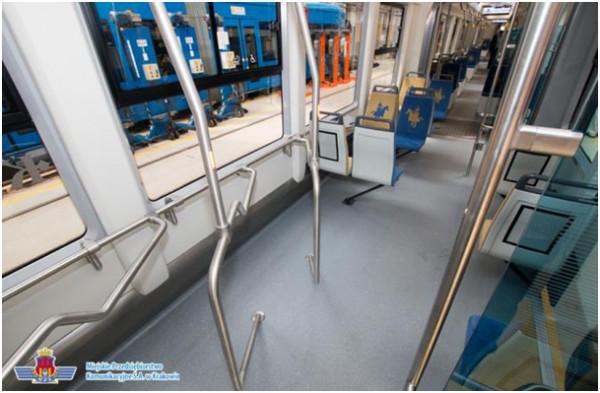 Dla przypomnienia: tak wygląda poprawnie skonstruowany przedziałdo przewozu rowerów. Tu na przykładzie z Krakowa. Jeśli w pojazd nie przewozi w danym momencie rowerów, stojaki mogąsłużyćjako przysiadaki dla pozostałych pasażerów i stabilne uchwyty dla stojących.