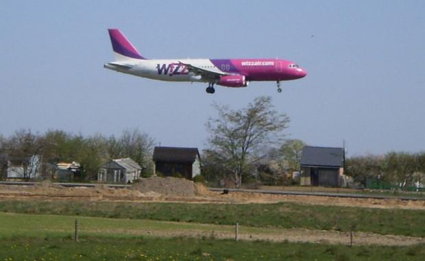 Samolot linii Wizzair z Gdańska do Tromso musiał lądować w Rębiechowie, ponieważ nie udało mu się złożyć podwozia. Fotografia ilustracyjna.