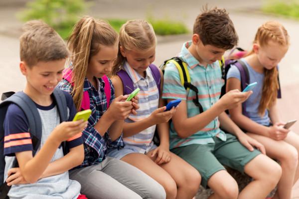 Maluchy, już od najmłodszych lat, a nawet kilkumiesięczne niemowlęta, regularnie korzystają z urządzeń mobilnych i aplikacji. Jaki to ma wpływ na ich rozwój, emocje i kompetencje społeczne?
