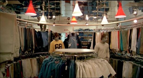"""Legendarny horror """"Świt żywych trupów"""" widzowie podczas Octopus Film Festival zobaczą ... w centrum handlowym. Poczują się więc poniekąd jak bohaterowie filmu, którzy w galerii barykadują się przed zgrają zombie."""