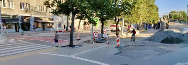 Pojawił sięod dawna potrzebny przejazd rowerowy przez ul. Dworcową. Wreszcie można przekroczyćjezdnięrowerem legalnie bez zsiadania z siodełka.