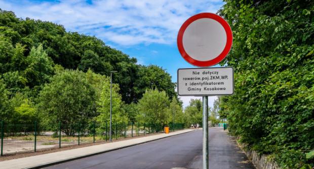Ruchu samochodów na ul. Zielonej zakazują znaki drogowe.