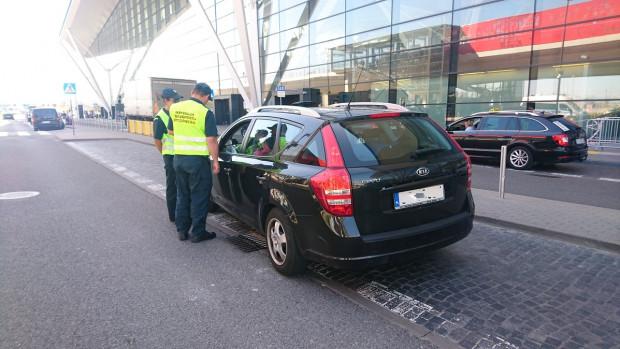 Zatrzymani przed terminalem kierowcy zostaną ukarani na łączną kwotę 32 tys. zł.