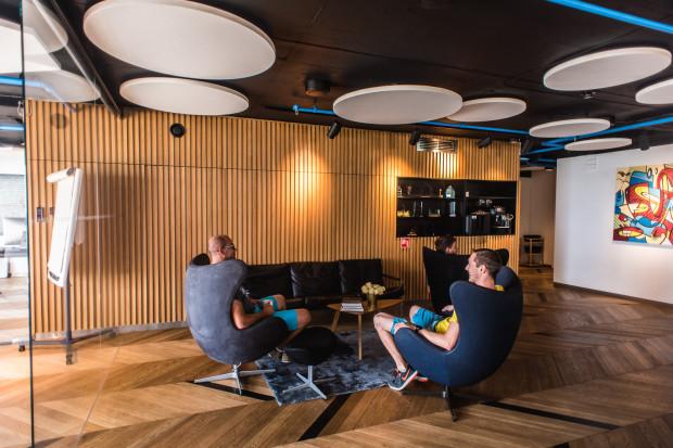 W centralnej części lobby znajduje się miejsce do prowadzenia dyskusji przy kawie lub oczekiwania na spotkanie.