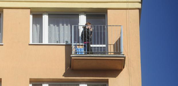 Palenie papierosów na balkonie to częsta praktyka na osiedlach Trójmiasta.