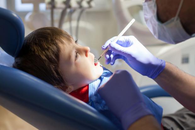 W naszym kraju ponad 50 proc. dzieci w wieku 3 lat ma zęby z próchnicą. Odsetek uczniów szkół podstawowych w wieku 12 lat z co najmniej jednym zębem stałym usuniętym z powodu próchnicy sięga blisko 2 proc., a u młodzieży w wieku 18 lat - blisko 9 proc.