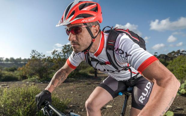 Okulary rowerowe to dopełnienie kolarskiego wyglądu oraz skuteczna ochrona przed wiatrem, słońcem i owadami.