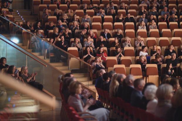 Mówi się, że coraz trudniej zachęcić słuchaczy do uczestniczenia w koncertach muzyki klasycznej. Może lekarstwem na puste krzesełka na widowni byłoby branie pod uwagę oczekiwań słuchaczy podczas tworzenia repertuaru oraz poluzowanie zasad etykiety?