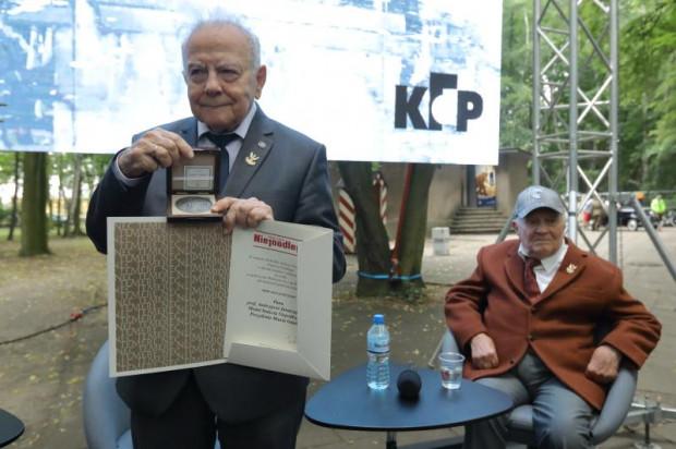 Pod koniec czerwca Andrzej Januszajtis otrzymał wraz Aleksandrem Ślusarzem medal Niepodległości z rąk prezydenta Gdańska za zaangażowanie w uratowanie Wartowni nr 1 przed rozbiórką na Westerplatte.