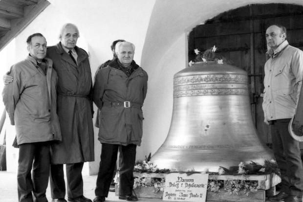Dzwon Pokój i Pojednania - dar od papieża Jana Pawła II dla carillonu w kościele św. Katarzyny. Pierwszy z lewej Andrzej Januszajtis, który przyczynił się do obudowy carillonu. 1 lutego 1989 roku.