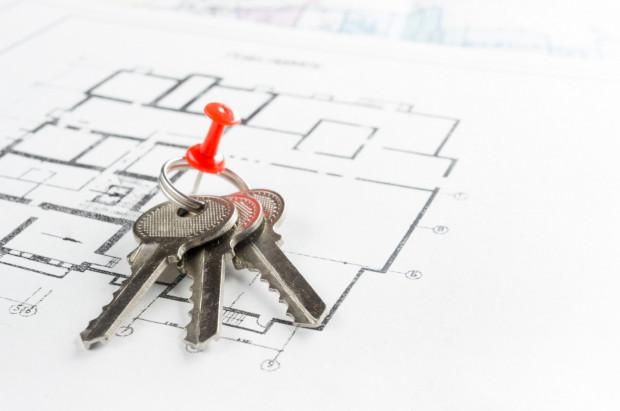 Marzenie o szybkim urządzeniu się w nowym mieszkaniu czasem utrudnia kupującym racjonalne myślenie. Tymczasem do każdej podpisywanej umowy trzeba podchodzić z ogromną ostrożnością.