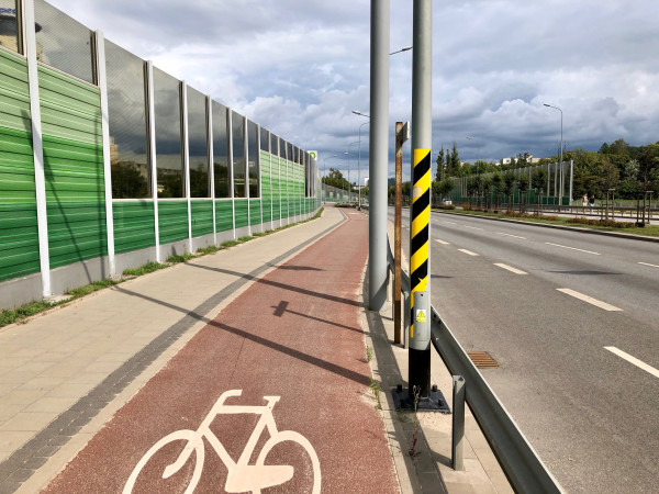 Łup w słup, czyli jak nie stawiać gratów w skrajni drogi dla rowerów. Na szczęście nie ma przepisu, którego nie dałoby sięnagiąć w obronie św. przepustowości samochodowej :)