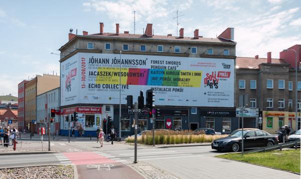 Nielegalna reklama Europejskiego Centrum Solidarności przy ul. Słowackiego. Zdjęcie z 2017 r.