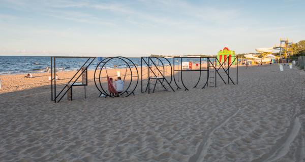 Reklama Forum Gdańsk na plaży w Brzeźnie, w miejscu, które miało być wolne od takich nośników.