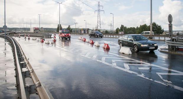Tymczasowa organizacja ruchu na zjeździe z Estakady Kwiatkowskiego na ul. Unruga ułatwia jazdę, ale powoduje też sporo niebezpiecznych sytuacji.