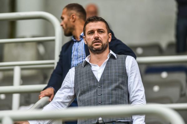 """Wojciech Pertkiewicz liczy, że więcej szans gry otrzymywać będą młodzi piłkarze Arki. Dotychczasowe wyniki prezes klubu komentuje następująco: """"do sufitu z radości nie podskakuję, ale i z rozpaczy żył sobie nie wypruwam""""."""