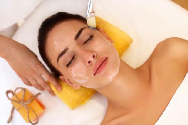Polecane w salonach kosmetycznych są też nanopeelingi, czyli peelingi chemiczne wykorzystujące zdobycze współczesnej biotechnologii. Oddziałują one na bardzo głębokie warstwy skóry, dając zadowalające efekty.