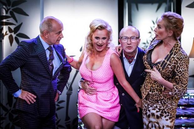 """Mąż, żona, kochanek, kochanka... i pomoc domowa - to dobry materiał na farsę """"Pomoc domowa"""" Och Teatru w Warszawie. Spektakl zobaczyć można 8 października w Teatrze Muzycznym w Gdyni."""