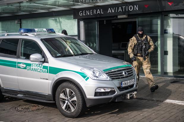 33-letni mieszkaniec Piły na lotnisku w Gdańsku przyłożył przypadkowej kobiecie do szyi rozbitą butelkę.