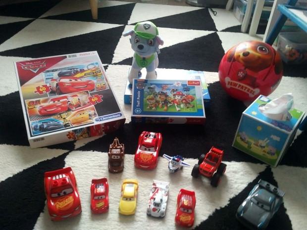Zabawki trzylatka. Trudno wśród nich znaleźć takie, które nie nawiązują do telewizyjnej bajki.
