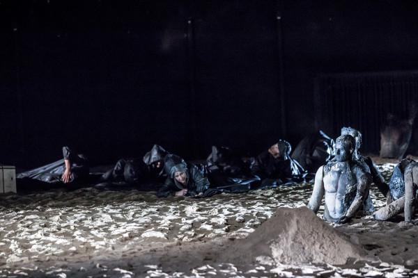 Scenografia Mirka Kaczmarka bazuje na rozsypanym na scenie piasku, nawiązujących do górzystego, gorącego klimatu antycznej Grecji.