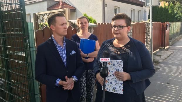 Według prawa konstytucyjnego i oświatowego rodzice muszą pisemnie wyrazić zgodę po zapoznaniu się ze szczegółowym programem na wszystkie warsztaty, w których ich dziecko może wziąć udział w roku szkolnym. Tego się domagamy i to prawo będziemy egzekwować - mówiła Monika Baran ze Stowarzyszenia Odpowiedzialny Gdańsk.