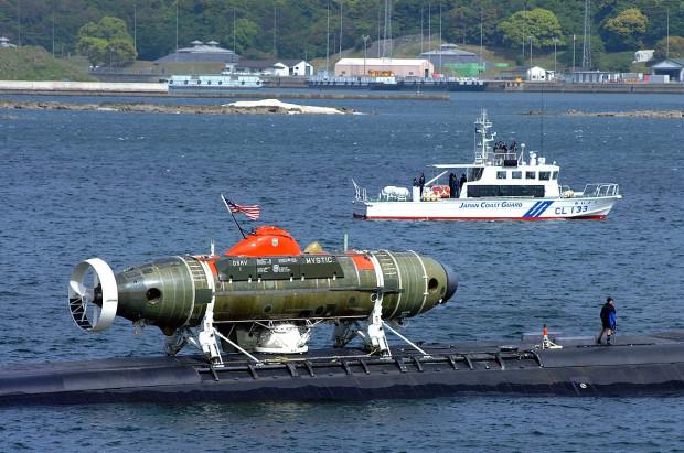 Pojazd ratowniczy DSRV na pokładzie amerykańskiego okrętu podwodnego.