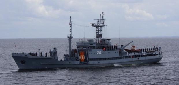 Polski okręt ratowniczy ORP Lech z widocznym na pokładzie pomarańczowym dzwonem ratunkowym.