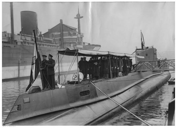 """Opis obrazu: Podnoszenie bandery po wodowaniu okrętu podwodnego ORP """"Orzeł"""" w styczniu 1938 r."""