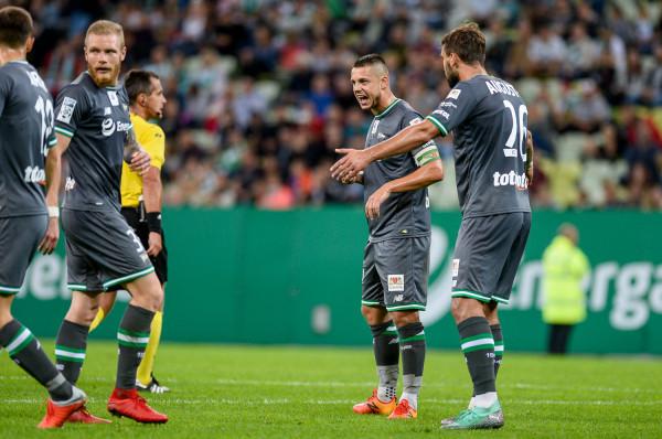 Ariel Borysiuk (drugi z prawej) w meczu z Karpatami Lwów był kapitanem Lechii Gdańsk. Jednak w ekstraklasie w tym sezonie ani razu nie zagrał w podstawowym składzie.