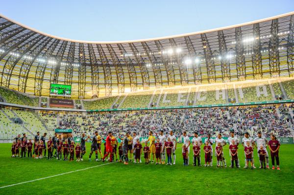 Dwaj piłkarze Lechii Gdańsk stali się bohaterem wpisu na portalu społecznościowym po meczu z Karpatami Lwów, ale nie chodziło o ich występ na boisku. Policja i klub nie potwierdzają tożsamości uczestników opisywanego zdarzenia.